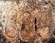 Hatalmas lábnyomokat és csészealjat ábrázoló sziklára bukkantak Indiában