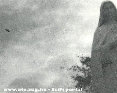 UFO a szobor mögött