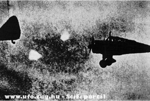 1940, furcsa tárgy a gép elõtt