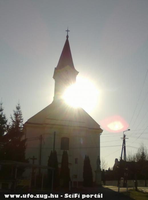Idõkapu? Templom és a villanykaró között.