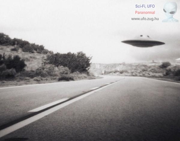 UFO repül az út felett