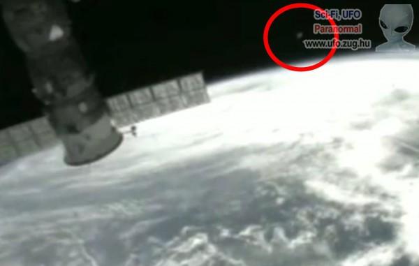 Ufó a műholdnál