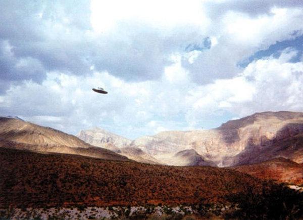 Földönkívüli jármû a hegyek között