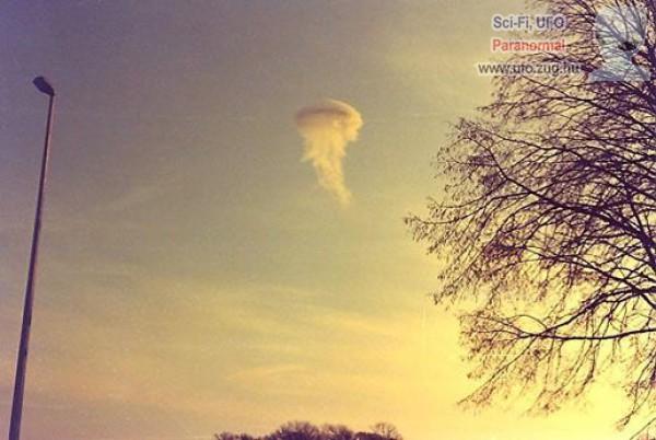 Felhőnek álcázott ufó?!