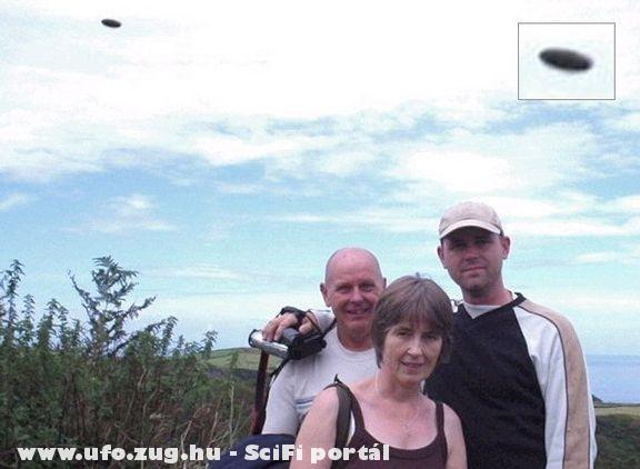 Családi fotónak inult, ismeretlen repülõ tárgy a háttérben