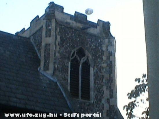 2005 Anglia, UFO az épület felett