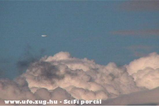 UFO a felhõk fölött